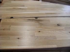 Massivholz-Setzstufe, Wildeiche stabverleimt naturbunt, astig, Äste teilweise schwarz ausgekittet, Dicke ca. 18mm
